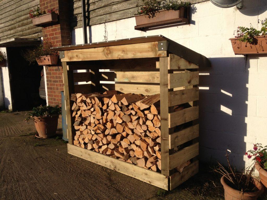 деревянный дровник-пристройка