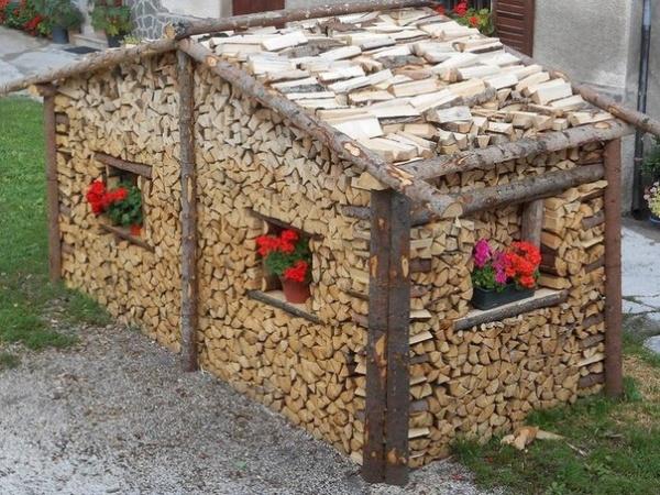 домик из дров в ландшафтном дизайне