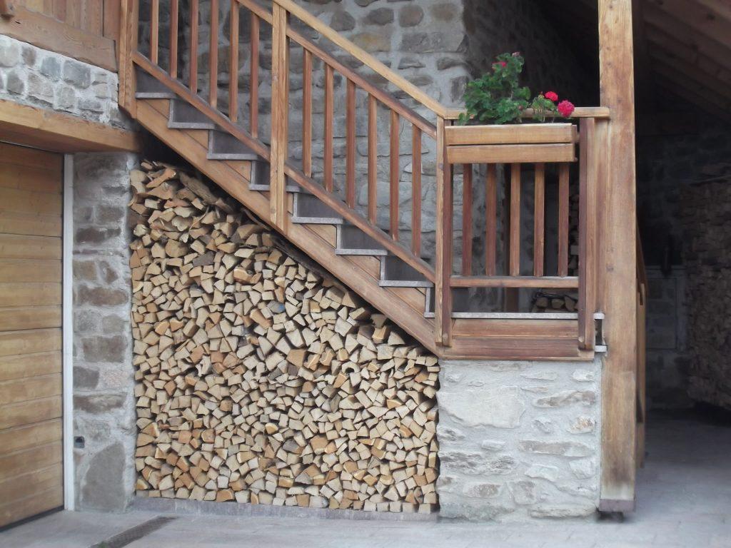 дровник уличный под лестницей