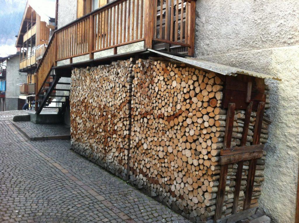 дровница вдоль стены дома