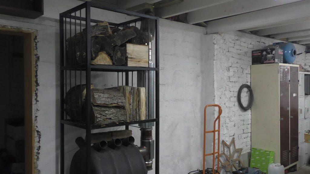 дровница для дров в сарае