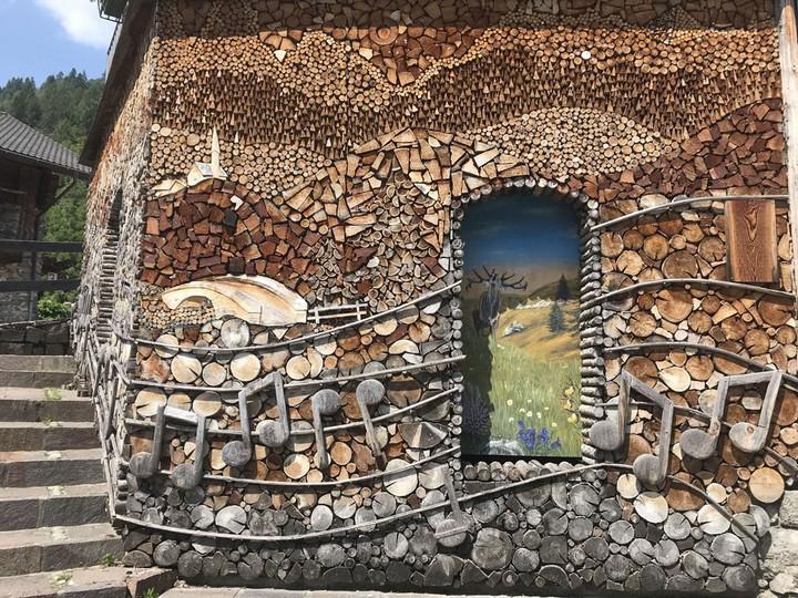 дровница украшающая фасад дома
