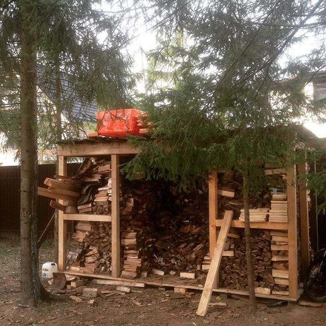 отдельностоящий деревянный дровник