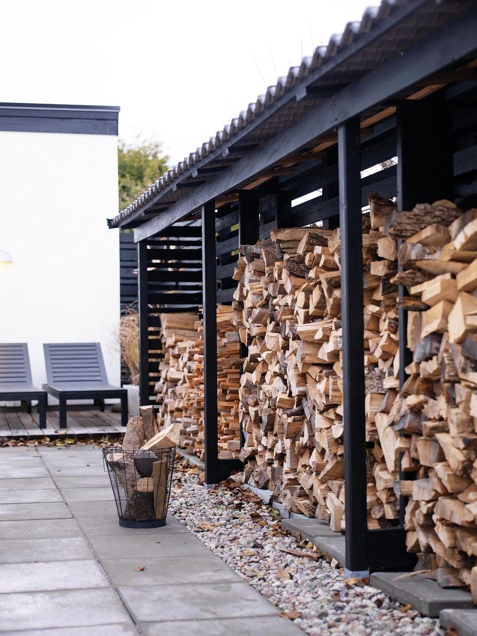 укладка дров в штабель в деревянный дровник