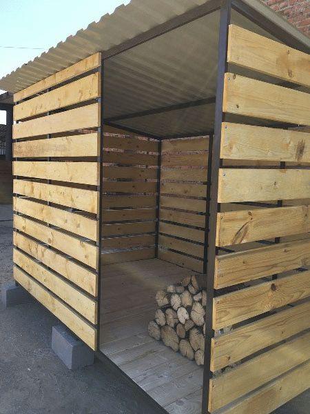 уличная дровница из деревянного штакетника