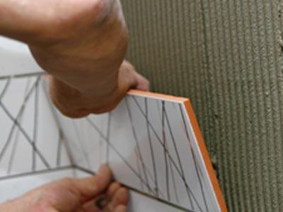 Клей наносим на поверхность при помощи гребенчатого шпателя
