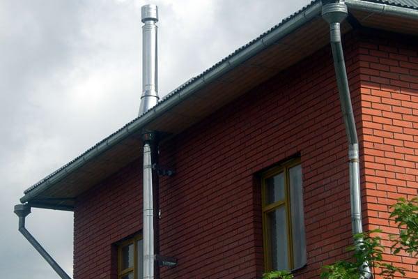 Установка наружного дымоходов труба дымохода сквозь стену