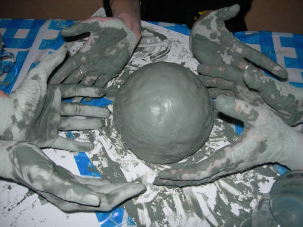 Подготавливаем шарики из глины