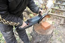 Резать кирпич удобнее всего болгаркой с алмазным диском